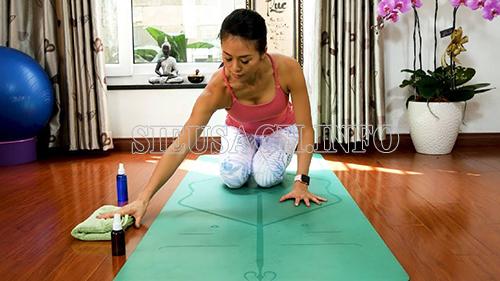 Nên thường xuyên vệ sinh thảm yoga