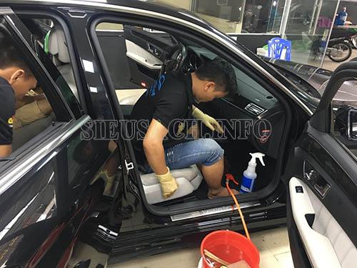 Vệ sinh nội thất cho xe trong công đoạn rửa xe ô tô chuyên nghiệp