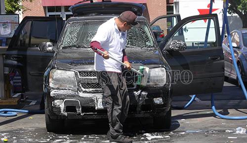 Công đoạn làm sạch xe trong quy trình rửa xe ô tô chuyên nghiệp