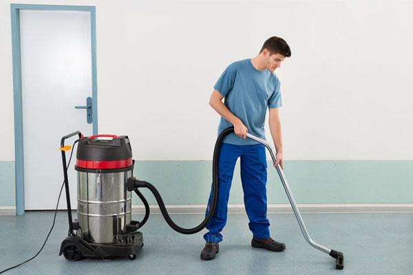 Sử dụng máy hút bụi công nghiệp vệ sinh sàn nhà