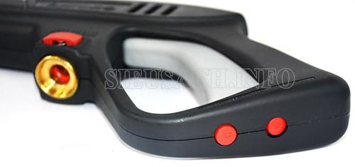 Trên báng súng được thiết kế có nút khóa gài tiện dụng
