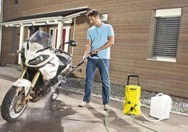 Vệ sinh xe bằng máy rửa xe gia đình