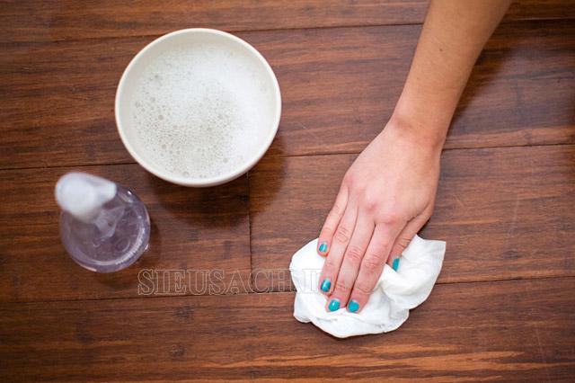 Vệ sinh sàn gỗ bằng khăn ẩm sẽ tốn rất nhiều thời gian, công sức