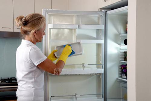 Bạn cần lau rửa khay đựng đồ ở tủ lạnh một cách cẩn thận