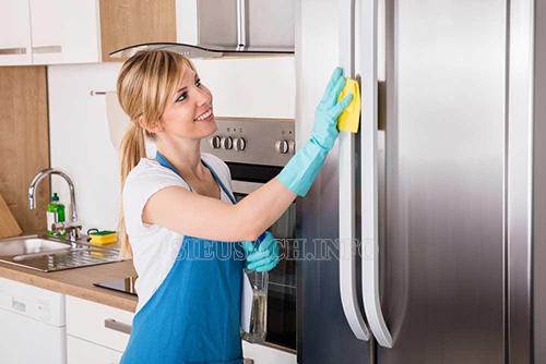 Lau chùi bên ngoài và phía trong của tủ lạnh để thiết bị hoạt động lâu bền