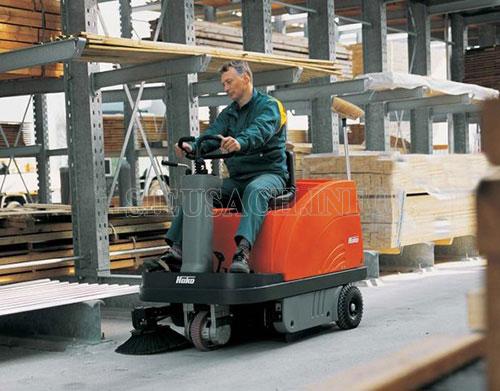 Máy quét rác ngồi lái ngày càng trở lên phổ biến trong các nhà xưởng