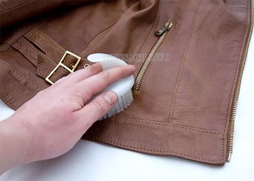Làm sạch áo da đúng cách giúp áo da luôn đẹp như mới