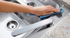 Vệ sinh bồn rửa bát thường xuyên để hạn chế vi khuẩn