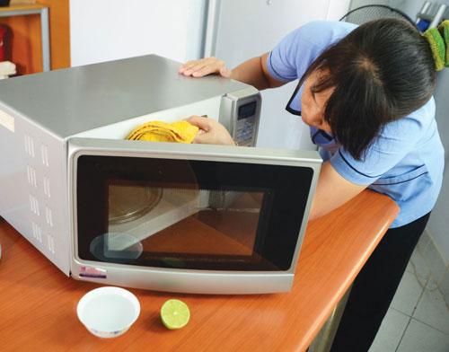 Làm sạch lò vi sóng giúp khử mùi hôi và thức ăn bám vào