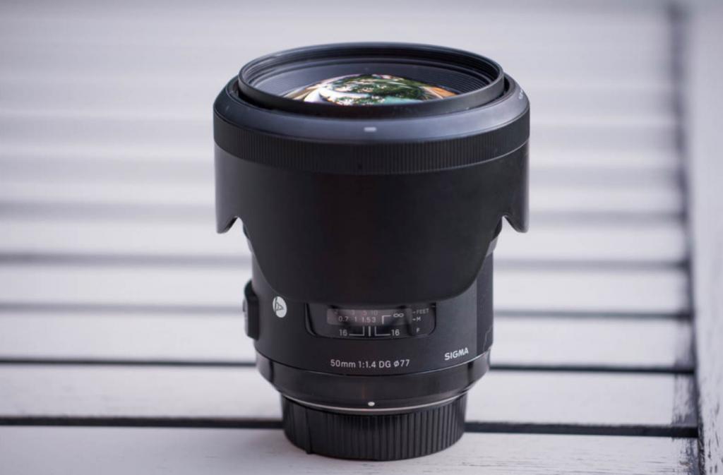 Lens hood giúp bạn giảm thiếu những mảnh nhỏ li ti bay vào ống kính