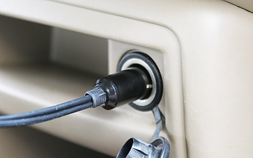 Chọn máy bơm cắm điện vào cổng sạc 12V
