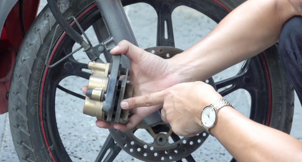 Kiểm tra lốp xe và má phanh