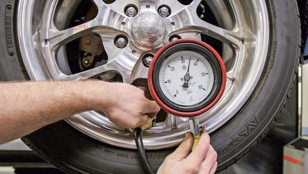 Lốp xe ô tô bơm bao nhiêu cân