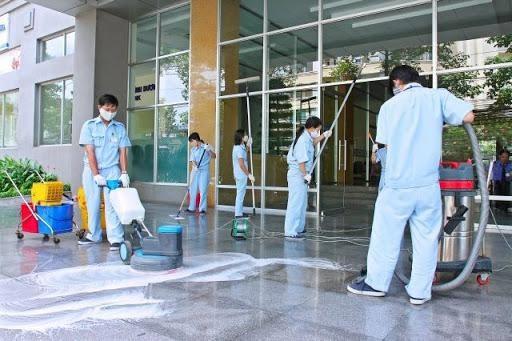 Thực hiện vệ sinh bằng máy chà sàn