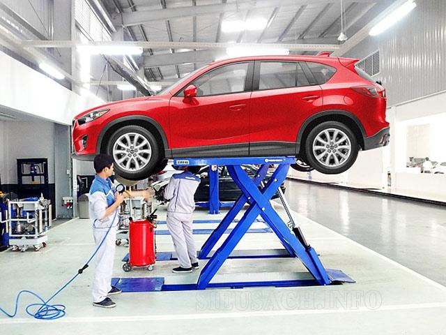 Cầu nâng hỗ trợ các thao tác vệ sinh, sửa chữa khu vực gầm xe, bánh xe