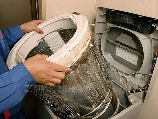 Lòng máy giặt tích tụ nhiều chất bẩn nên cần được vệ sinh định kỳ
