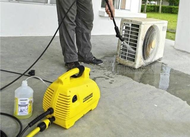 Vệ sinh điều hòa bằng máy rửa xe gia đình