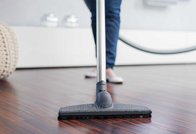 Sử dụng máy hút bụi công nghiệp để làm sạch bụi bẩn trên sàn gỗ