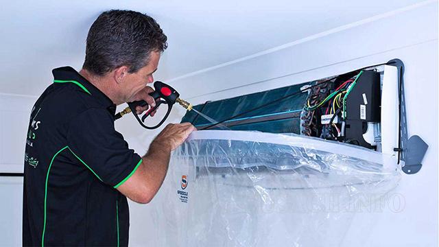Xịt rửa điều hòa với máy bơm rửa xe
