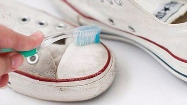 dùng kem đánh răng làm sạch giày vải
