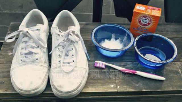 làm sạch giày vải bằng kem đánh răng