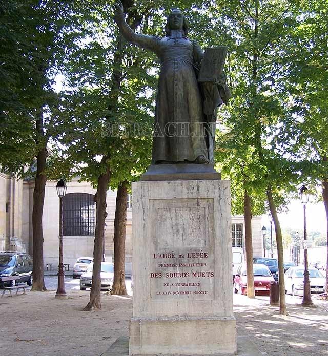 Một bức tượng tưởng nhớ ông được đặt tại Place Saint-Louis