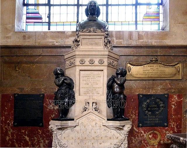 Tượng Charles Michel de L'epée và 2 chị em điếc sinh đôi đặt tại nơi ông an nghỉ