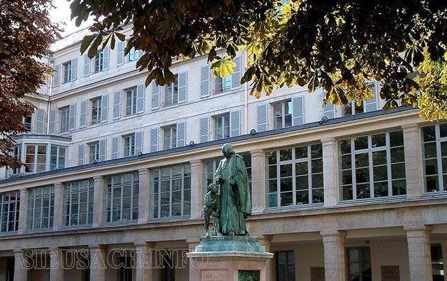 Trường Institut National de Jeunes Sourds de Paris ngày nay với bức tượng của ông giữa khuôn viên trường