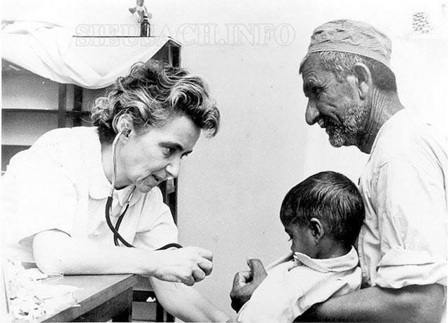 Bác sĩ Ruth Pfau khi làm việc