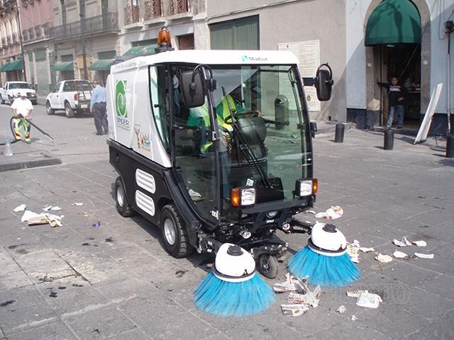 Xe quét đường thực hiện công việc dọn vệ sinh đường phố