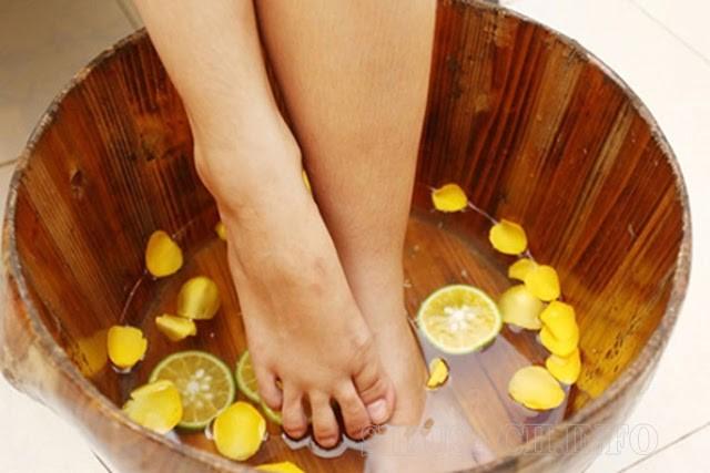 Bạn nên ngâm chân với chanh đều đặn mỗi ngày