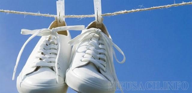Phơi giày ngoài nắng cũng là một cách hay để khử mùi hôi ở giày