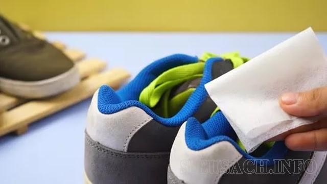 Sử dụng giấy thơm là một trong những cách khử mùi giày đơn giản nhất